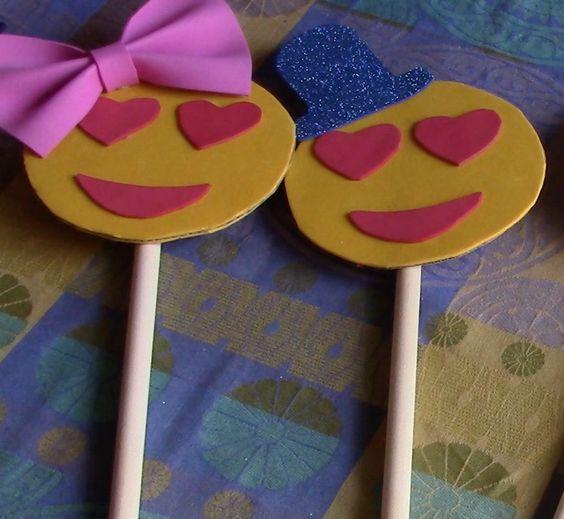 Amores, Lidia nos enseña a hacer un emoticono para un photocall ¡Son muy graciosos y sencillos de hacer! #diy