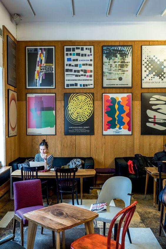 Varsóvia - Café Relaks, decorado com pôsteres poloneses