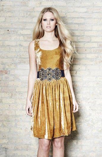 Vestido de terciopelo con cinturón de piedras bordadas - Velvet dress with belt | SAYAN