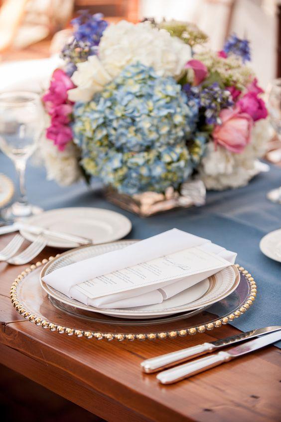 Hellblaue Tischwäsche mit gold-beigem Dekor