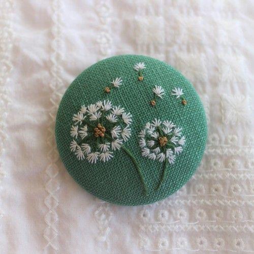 ミモザの花のリース1色刺繍ブローチ 送料無料 ブローチ Urara 2 通販 Creema クリーマ ハンドメイド 手作り クラフト作品の販売サイト 刺繍 図案 花 刺繍 ボタンクラフト