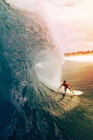波に飲み込まれてしまいそうなサーフィン