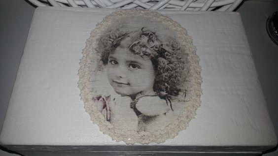 Wunderschönes, ca. 100 Jahre altes Schmuckkästchen, abgeschliffen, innen und außen geweißt, mit JDL-Papier neu ausgelegt und einem Nostalgiebild samt Spitze verziert.