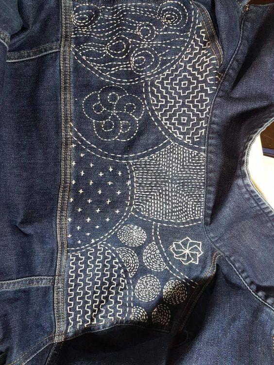Trabalhando no estilo do japonês Boro consertando com remendos upcycled, criei uma grande reparação visível que se torna o ponto focal desta camisa jeans desdobrada, destacando assim a sua idade,…