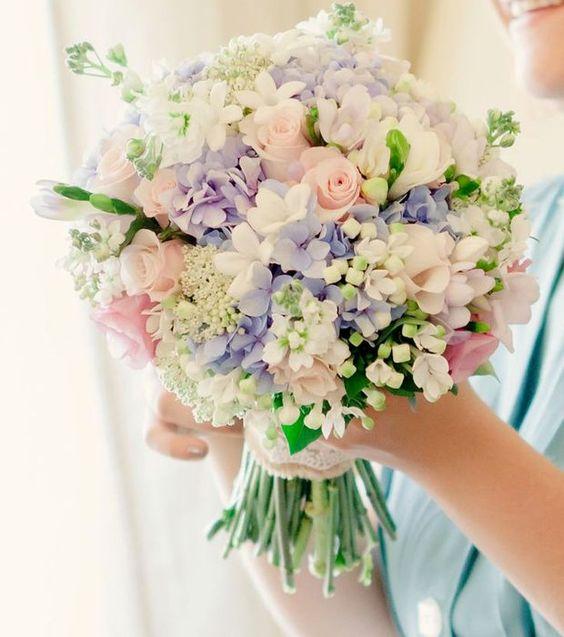 Bouquet de mariée : des couleurs pastels avec des petites fleurs