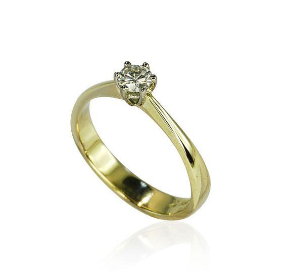 Ein feines Gespür für etwas haben passt auch und ganz besonders zu diesem Solitärring aus 585er Gold. Solitärring 585 Gelbgold mit 0,416ct Diamant  Er vereint auf unnachahmliche Art und Weise Eleganz und Verspieltheit zu einem Ganzen. Der Diamant mit 0,416 ct ist in einer Krappenfassung gehalten. Die in 14 kt Gelbgold gehaltene Ringschiene verbreitet sich im Verlauf nach unten.... Eignet sich wunderbar als Verlobungsring. http://schmuck-boerse.com/ring/92/detail.htm