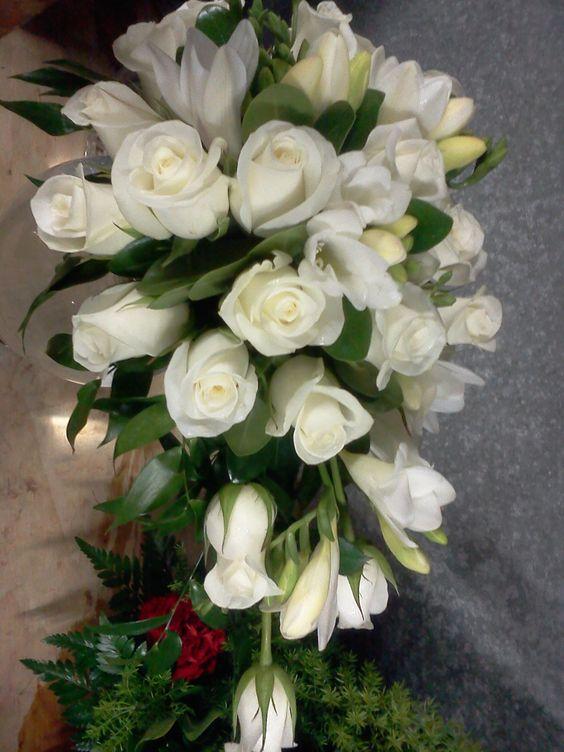 Rosas, LIrios y Fresia, todo en blanco una de los colores mas preferidos por
