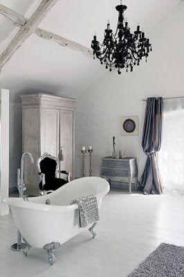 Una casa blanca con toques de color