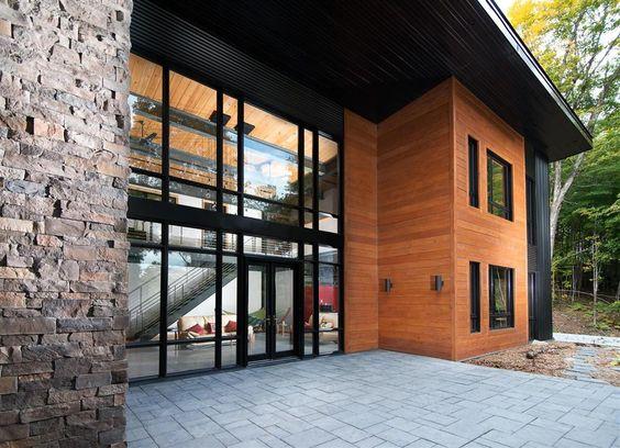 Magnifique maison avec des fen tres en aluminium noires modernes et des portes en acier for Fenetres maison moderne