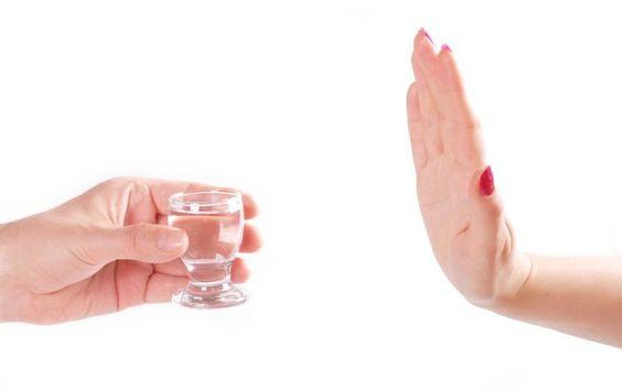 Alkollü içecekler çok fazla kalori içerir ve bu genellikle göz ardı edilir. Bu tür içeceklerin size kilo aldıracağını düşünmüyor musunuz? Alkollü içecekleri tüketmeyi bırakın, kaybettiğiniz kilolarınıza şaşıracaksınız!
