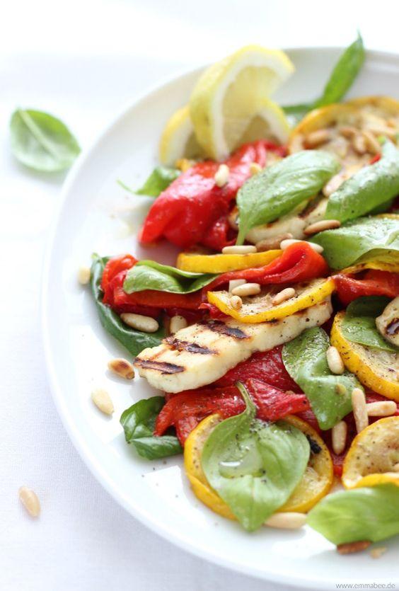 Röstpaprika-Salat mit gegrilltem Halloumi und Basilikum