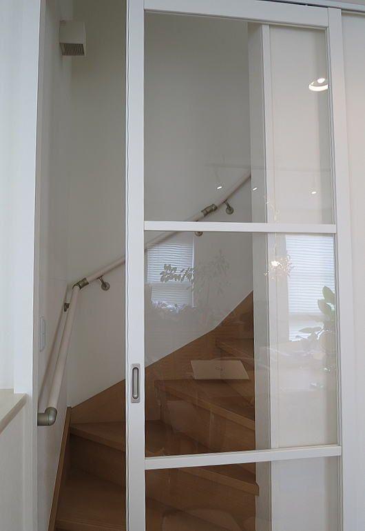 2階リビングの階段口に 後付けタイプの アウトセット の引き戸を
