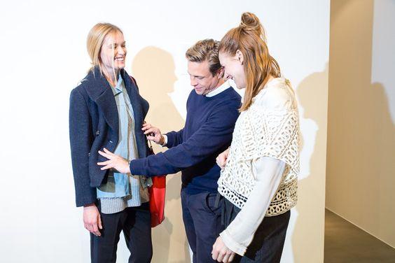 DOES IT FIT?! ||Gemeinsam mit Fashion-Stylistin Julia Freitag sorgt Designer Steffen Schraut dafür, dass alles richtig sitzt. || Together with fashion stylist Julia Freitag, designer Steffen Schraut ensures that everything fits perfectly.