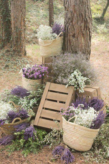 Ramos de lavanda y paniculata en cestas de mimbre #DecorarConFlores #Lavanda