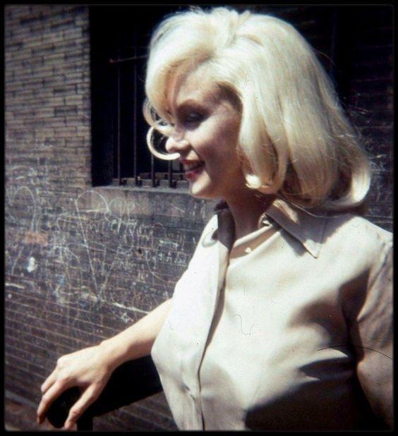 """1960 / Photos James HASPIEL ; Marilyn à Los Angeles, pour les essais costumes de """"The misfits""""."""