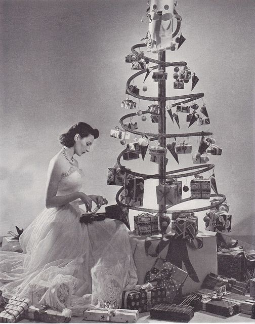 A fabulously creative holiday tree paired with stunning late 1930s glamour (image 1938). #vintage #woman #tree #Christmas #1930s #thirties