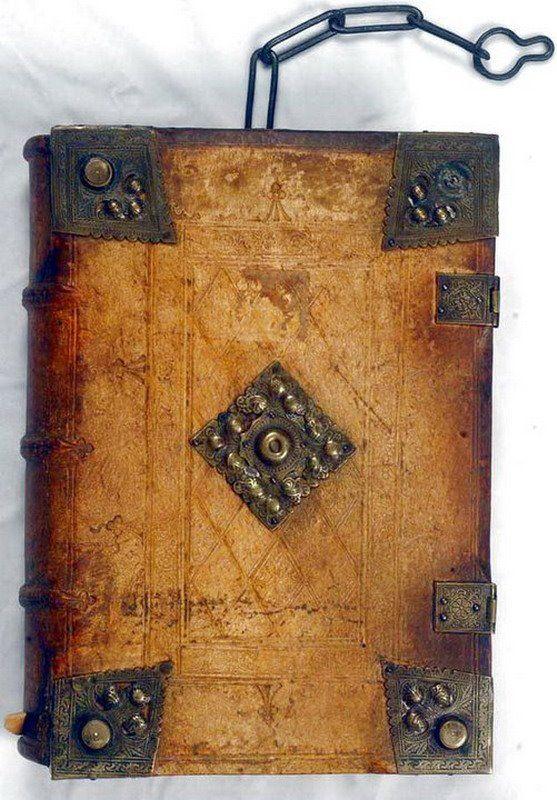 [XV secolo, in pelle di scrofa, piatti su assi di legno con elementi in metallo]