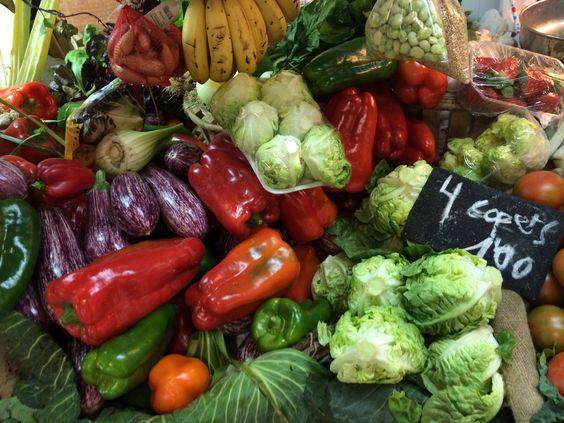 Hay una sección en el mercado solo para frutas y verduras. Eso es mi parte favorito. Me gusta porque hay colores bonita y diferente. En esta foto hay pimiento plátano y lechuga.