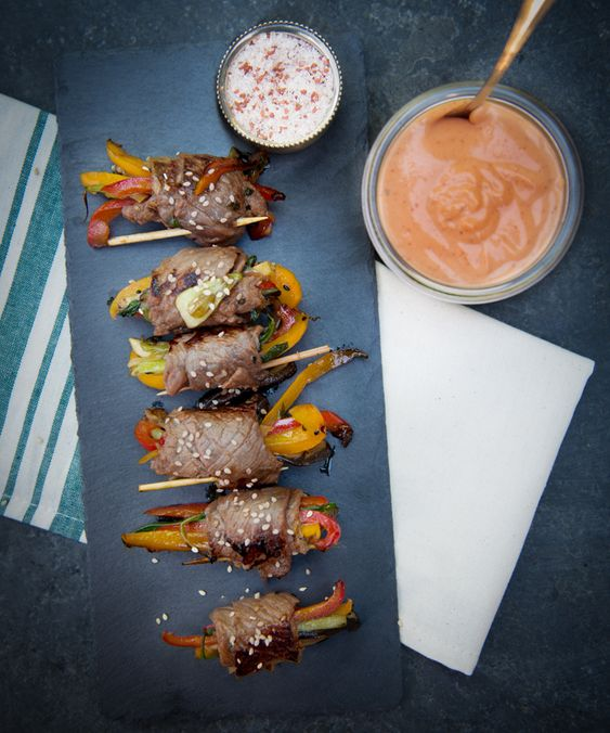 A healthy appetizer recipe for adorable steak rolls with a creamy sriracha sauce dip and boy is it tasty! Filled with fresh ingredients, spices, and protein.