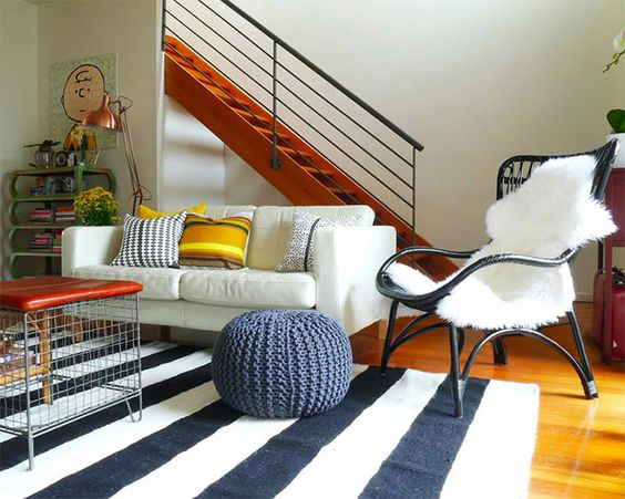 Uma ótima maneira de melhorar e complementar a decoração, sem dúvida nenhuma, é utilizar um tapete. Um tapete com uma paleta de cores vibrantes ou com uma
