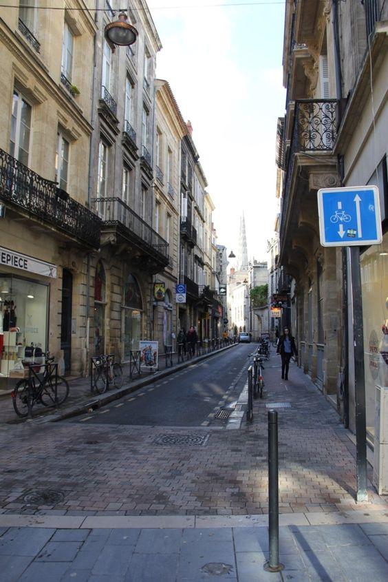В конце улицы видны шпили собора