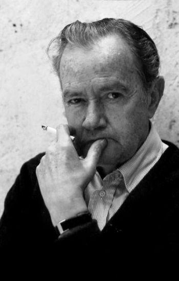 Juan Rulfo (1917-1986) escritor, guionista y fotógrafo mexicano perteneciente a la generación del 52. La reputación de Rulfo se asienta en dos pequeños libros: El Llano en llamas, compuesto de diecisiete pequeños relatos y publicado en 1953, y la novela Pedro Páramo, publicada en 1955. Rulfo fue uno de los grandes escritores latinoamericanos del siglo XX. En sus obras se presenta una combinación de realidad y fantasía cuya acción se desarrolla en escenarios mexicanos.