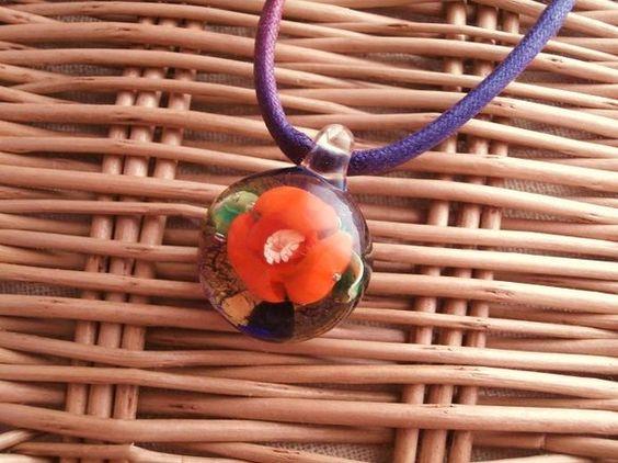 ・オレンジの花が金箔を背に咲いたデザインです・ペンダントトップの大きさ:およそ3.0cm×2.3cm           厚み:およそ1.6cm・...|ハンドメイド、手作り、手仕事品の通販・販売・購入ならCreema。