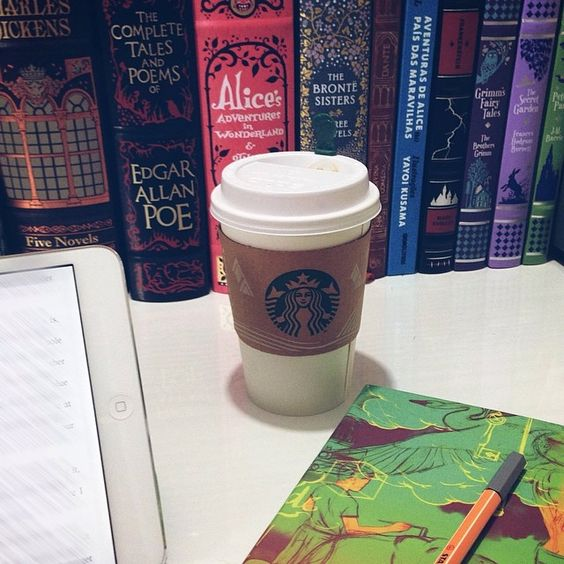 Bora de mocha branco pra ajudar com as 200 páginas finais do trabalho desse domingo ❤️ #books #lovemyjob