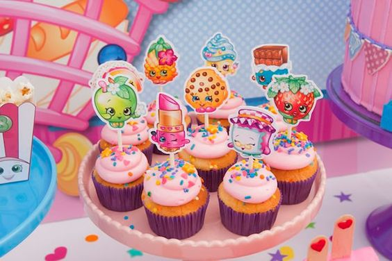 cupcakes decorados com tags de shopkins