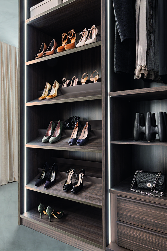 PRESOTTO | Tecnopolis free walk-in closet with vertical led lighting on side panels and partitions. The slanting shoe-rack shelves can hold 2 rows of shoes. _ Cabina armadio Tecnopolis free; illuminazione a led verticale su fianchi e divisioni. I ripiani inclinati portascarpe possono contenere 2 file di scarpe.