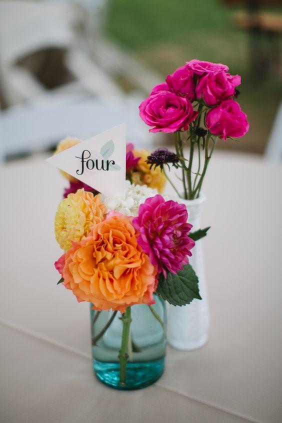 bandeiras do número da mesa com rosa quente e florais peça central laranja