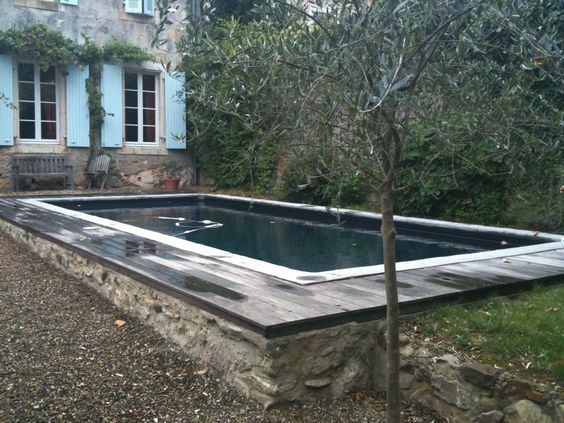 Piscine liner couleur noire margelle b tis en beton liss for Catalogue piscine desjoyaux