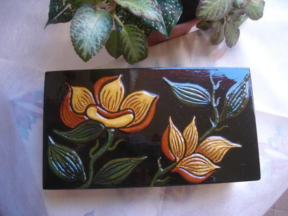 Caixa decorativa pintada à mão. As flores são em relevo.