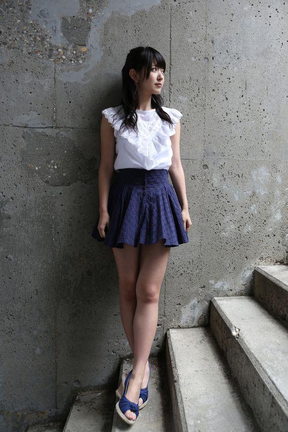 鈴木愛理ミニスカートにフリル付きのトップスが可愛い画像