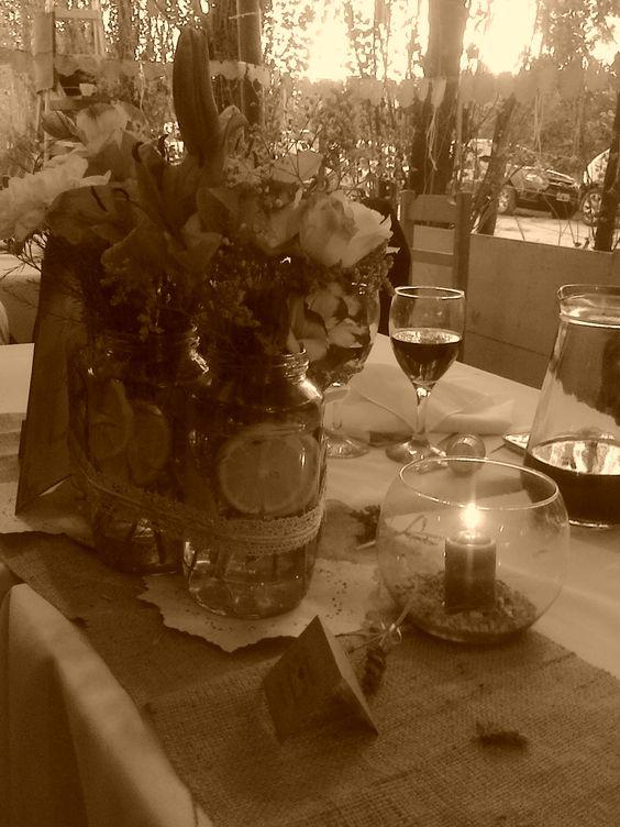 Cayó la noche...velitas y flores decoraron las mesas.