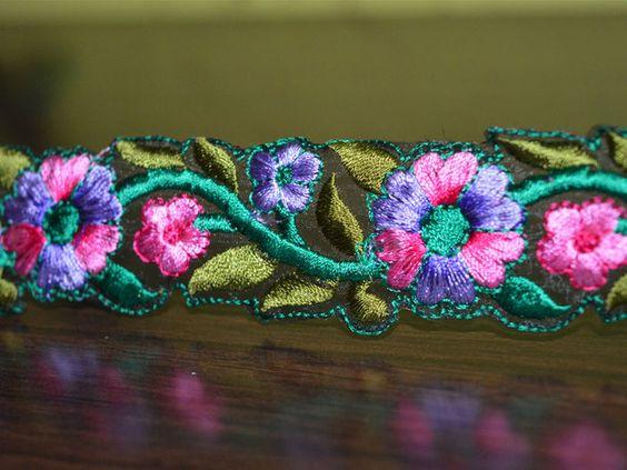 Concepteur multicolore brodé dentelle florale et garnitures, de la dentelle indienne, frontière (Largeur- 1,5 pouces) .Ce superbe dentelle peut être utilisé pour la conception élégante blouses,...