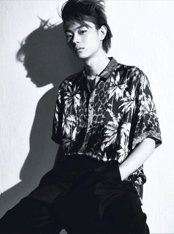 トップにボリュームがある髪型の菅田将暉