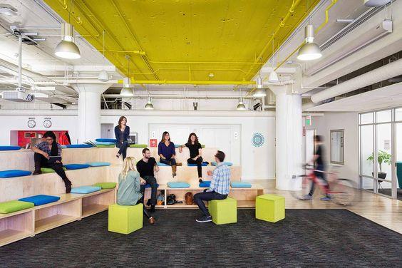 Prezi, une start-up qui édite un logiciel de présentation, a fait récemment appel à l'agence Gensler pour aménager ses nouveaux locaux à San Francisco.  Ambiance start-up garantie dans les bureaux avec la présence de pistolets nerf, de skate-boards, d'une table de ping-pong, d&#03