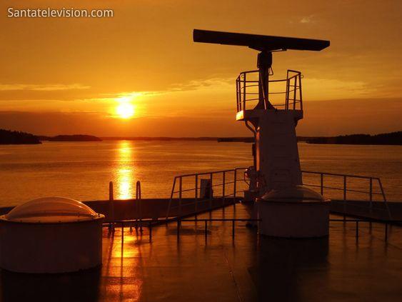 Der Sonnenuntergang und die Schärenküste von Finnland – Das Foto wurde von einer Fähre aus gemacht