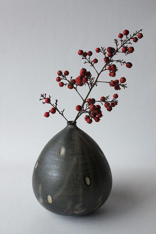 Mayumi Yamashita est une céramiste japonaise née dans la préfecturede Kagawa. Après une formation de stylisme au Japon, ellepart étudier l'artisanat cont