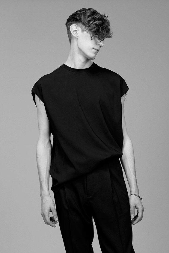 Gótico suave: 93 looks para quem ama usar preto: