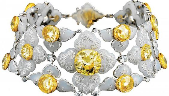 This yellow-diamond choker—inlaid with white jade and decorated with diamonds—exemplifies the style of Bogh-Art's designs