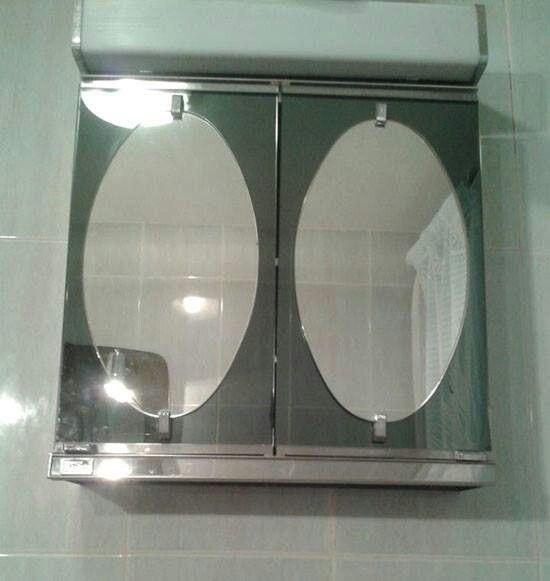 Armario para el baño con espejos y la luz encima. Romy: