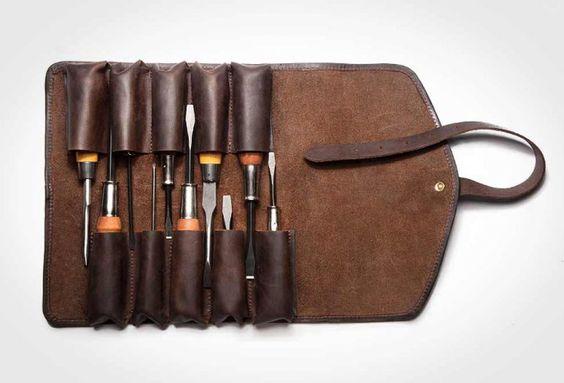 Fabriqué à la main aux USA, cette trousse à outils en cuir est faite pour accueillir 10 tournevis ou ciseaux à bois. Conçue à partir d'un cuir tanné végétalement, sur une finition huilée, elle se referme avec une large ceinture et sa boucle en laiton.