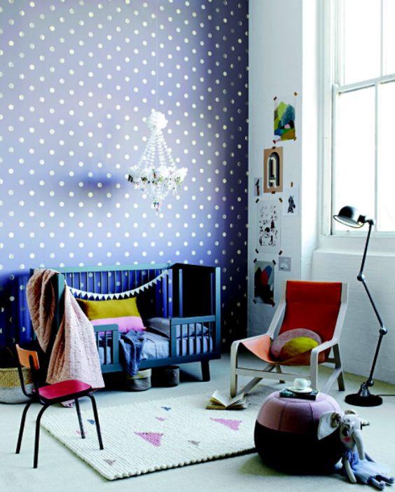 Chambre d'enfant avec papier peint à pois