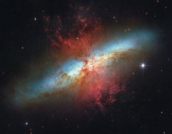 Lange Zeit war unklar, um was es sich bei M82 handelt. Derzeitiger Befund: eine Balkenspiralgalaxie im Sternbild Großer Bär