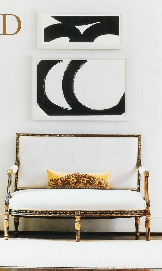 Linda a junção do sofá clássico com a arte moderna.