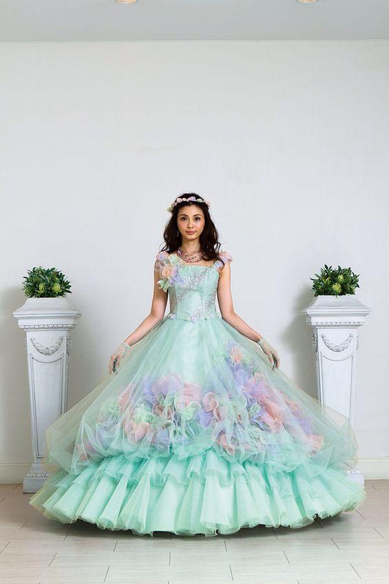 押切もえ花のモチーフがついて可愛いドレス