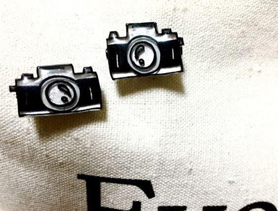 レトロカメラをブローチにしてみました‼︎小ぶりだけど、ポーチやカバンに、つけるとちょっぴりお洒落に♡価格は一つの価格です。表面はレジンでぷっくりと‼︎裏面も金...|ハンドメイド、手作り、手仕事品の通販・販売・購入ならCreema。