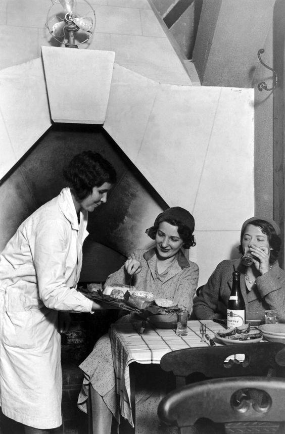 Duas mulheres experimentam um prato de queijos no restaurante Androuet Restaurant, em Paris, em 1936. (Crédito: Keystone-France/Gamma-Keystone via Getty Images)